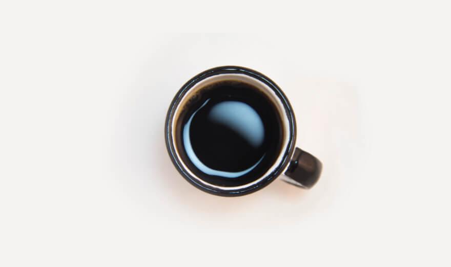 En kaffekopp fylld med kaffe