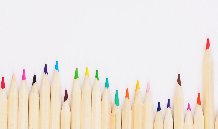 Olika färgpennor som ligger på rad